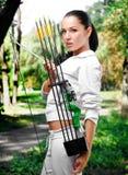 Giovane donna con un arco e le frecce Fotografie Stock