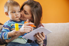 Giovane donna con un bambino sveglio Fotografia Stock