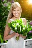 Giovane donna con un bello sorriso con i denti sani con flowe Fotografia Stock Libera da Diritti