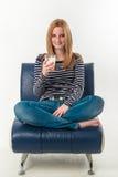 Giovane donna con un bicchiere di latte Fotografia Stock Libera da Diritti