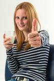 Giovane donna con un bicchiere di latte, cima Fotografia Stock