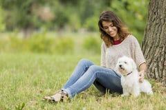 Giovane donna con un cane Fotografia Stock Libera da Diritti