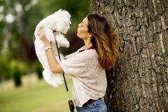 Giovane donna con un cane maltese fotografia stock libera da diritti