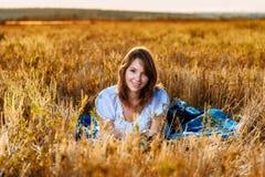 Giovane donna con un canestro di frutta Fotografie Stock Libere da Diritti