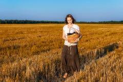 Giovane donna con un canestro di frutta Fotografia Stock Libera da Diritti