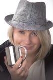 Giovane donna con un cappello e una tazza metallica Fotografie Stock Libere da Diritti