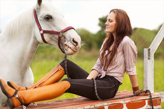 Giovane donna con un cavallo fotografie stock