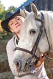 Giovane donna con un cavallo bianco immagini stock