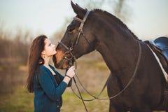 Giovane donna con un cavallo sulla natura Fotografia Stock