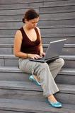 Giovane donna con un computer portatile Immagini Stock Libere da Diritti