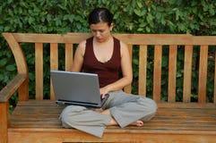 Giovane donna con un computer portatile Fotografia Stock