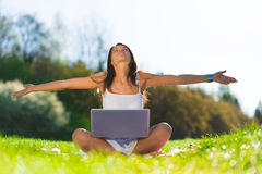 Giovane donna con un computer portatile Immagine Stock Libera da Diritti