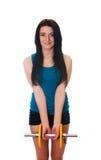 Giovane donna con un dumbbell Fotografie Stock Libere da Diritti