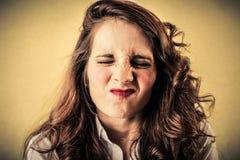 Giovane donna con un fronte scontroso immagine stock