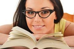 Giovane donna con un libro Immagine Stock