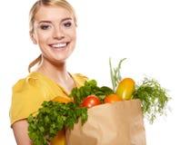 Giovane donna con un sacchetto della spesa della drogheria. immagine stock libera da diritti