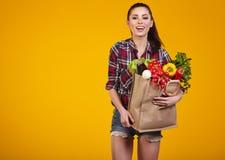 Giovane donna con un sacchetto di acquisto della drogheria Fotografie Stock Libere da Diritti