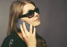 Giovane donna con un telefono mobile Fotografia Stock Libera da Diritti