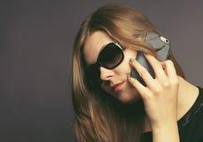 Giovane donna con un telefono mobile Fotografie Stock