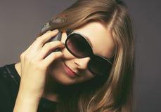 Giovane donna con un telefono mobile Fotografia Stock