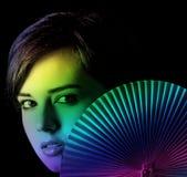 Giovane donna con un ventilatore Fotografia Stock