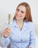 Giovane donna con un vetro di champagne Fotografia Stock Libera da Diritti