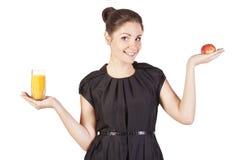 Giovane donna con un vetro di spremuta e del ap Fotografia Stock