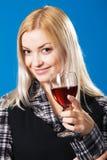 Giovane donna con un vetro di vino rosso Fotografia Stock