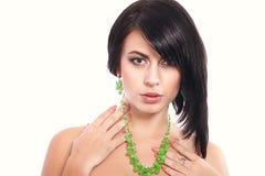 Giovane donna con una collana Fotografia Stock Libera da Diritti