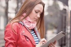 Giovane donna con una compressa digitale fotografia stock