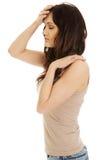 Giovane donna con una febbre Immagini Stock