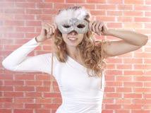 Giovane donna con una mascherina Fotografia Stock