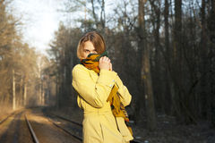 Giovane donna con una metà del fronte nascosta al di sotto di una sciarpa Fotografia Stock