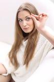 Giovane donna con una pillola Immagini Stock