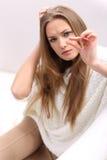 Giovane donna con una pillola Immagini Stock Libere da Diritti