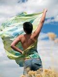 Giovane donna con uno scialle di seta Fotografia Stock Libera da Diritti