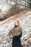 Giovane donna con uno specchio all'aperto Fotografia Stock