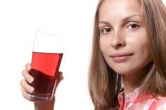 Giovane donna con vetro della bevanda rossa Immagini Stock