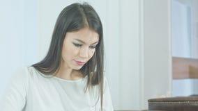 Giovane donna concentrata che per mezzo del pc della compressa video d archivio