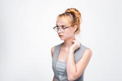 Giovane donna concentrata sui problemi personali fotografie stock libere da diritti