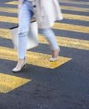 Giovane donna confusa sul passaggio pedonale Immagine Stock Libera da Diritti