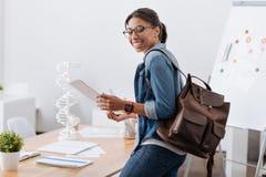 Giovane donna contentissima che studia bioingegneria Immagini Stock Libere da Diritti