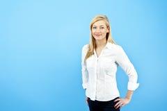 Giovane donna contro i precedenti blu Immagine Stock