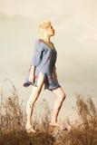 Giovane donna contro il cielo con acuto Immagini Stock Libere da Diritti
