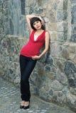 Giovane donna contro la vecchia parete di pietra Fotografia Stock Libera da Diritti