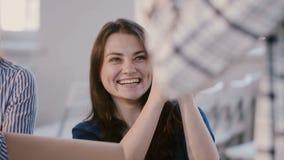 Giovane donna corporativa caucasica casuale degli impiegati che ride, ascoltando per preparare parlare alla sessione di seminario video d archivio