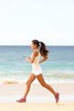 Giovane donna corrente di forma fisica sullo sport pareggiante della spiaggia Immagini Stock Libere da Diritti