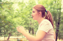 Giovane donna corrente di profilo laterale Corridore femminile che pareggia durante l'allenamento all'aperto Fotografia Stock