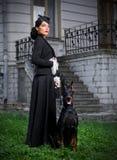 Giovane donna in costume antico con il cane (ver normale) Fotografie Stock Libere da Diritti