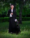 Giovane donna in costume antico con il cane (ver normale) Fotografia Stock